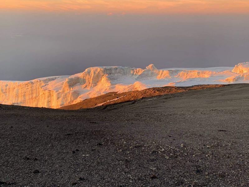 Сніги Кіліманджаро в ранковому сяйві