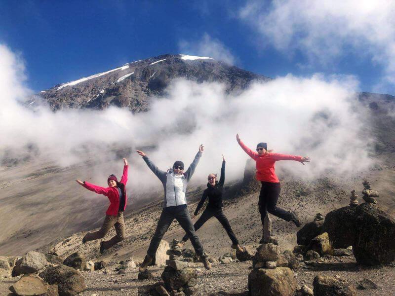 Весела компанія на сходження Кіліманджаро