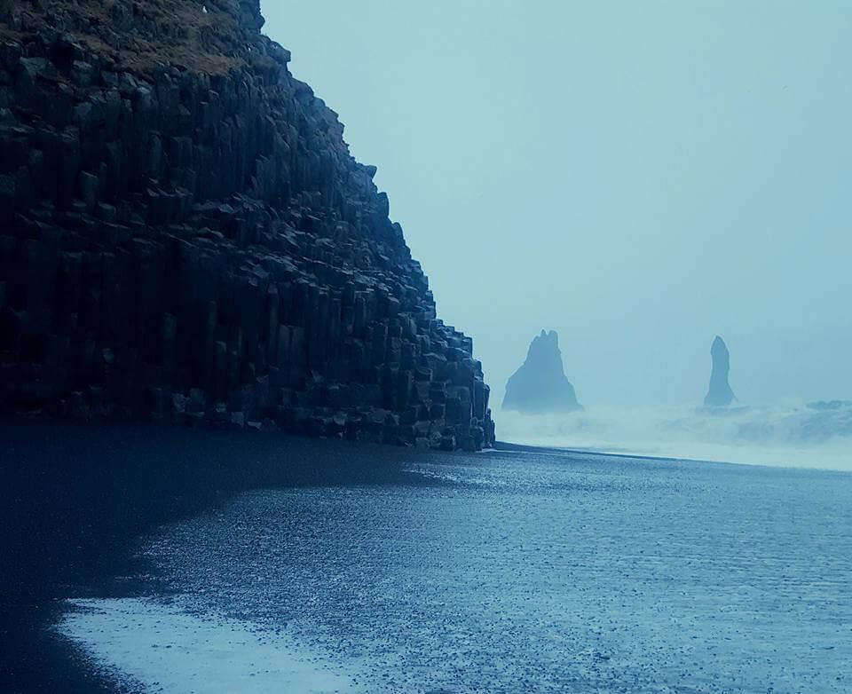 возле океана в Исландии