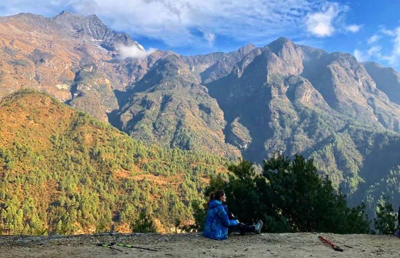 Девушка в горах Непала