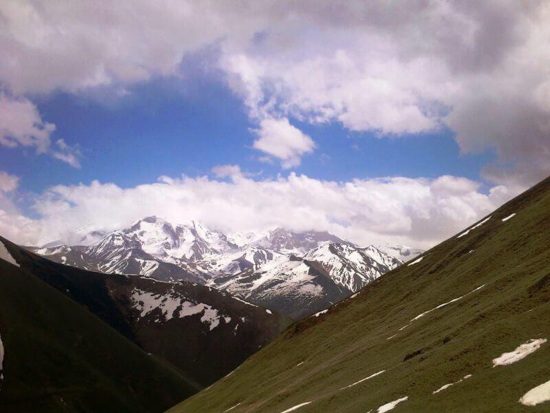 Заснеженные склоны кавказских гор
