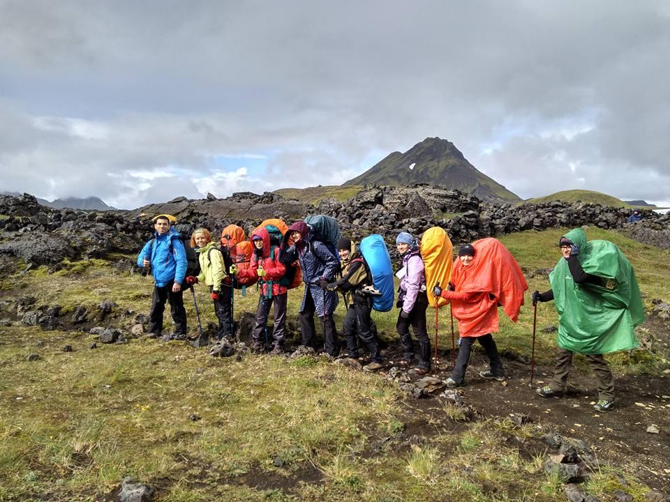 Туристы под дождем в Исландии