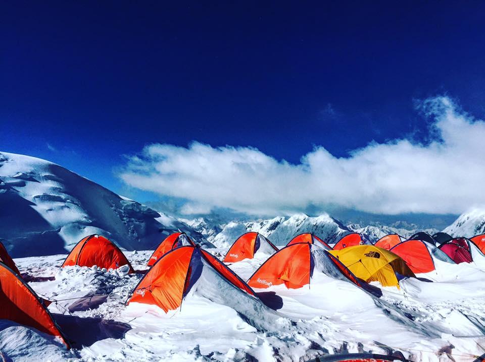 Палатка в снегу на Ленина