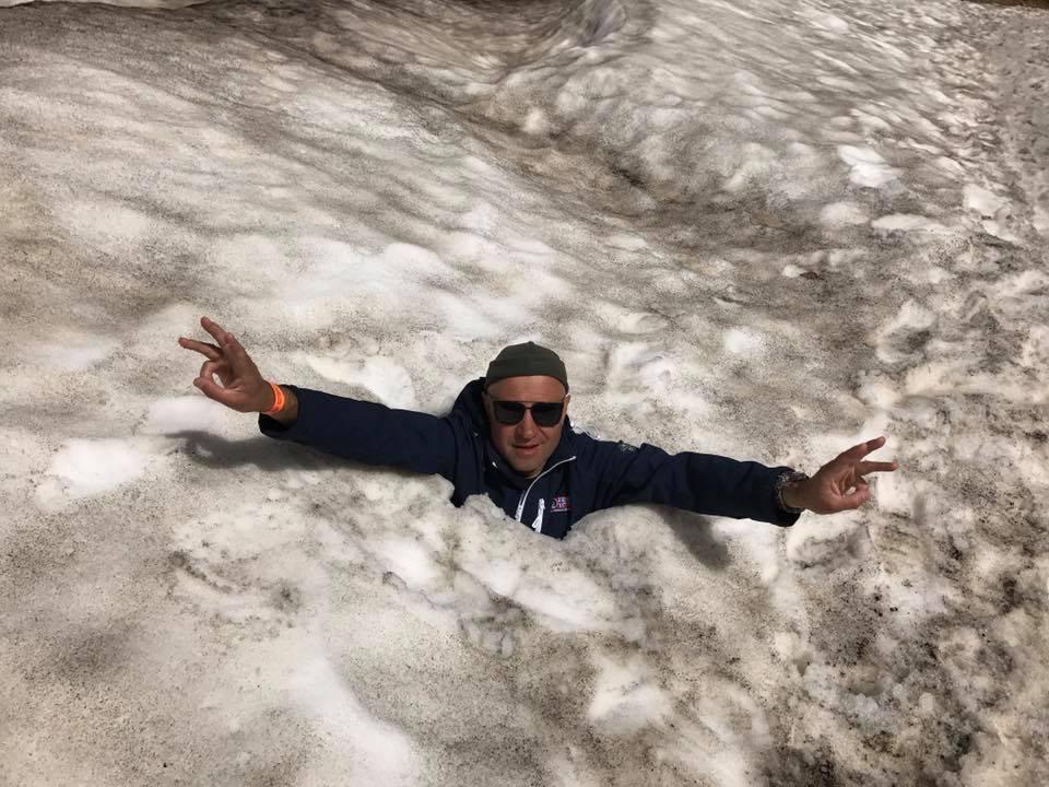 Турист в сугробе в Исландии