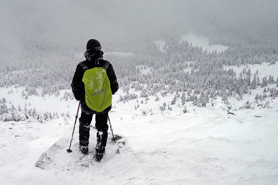 Турист в Карпатах зимой