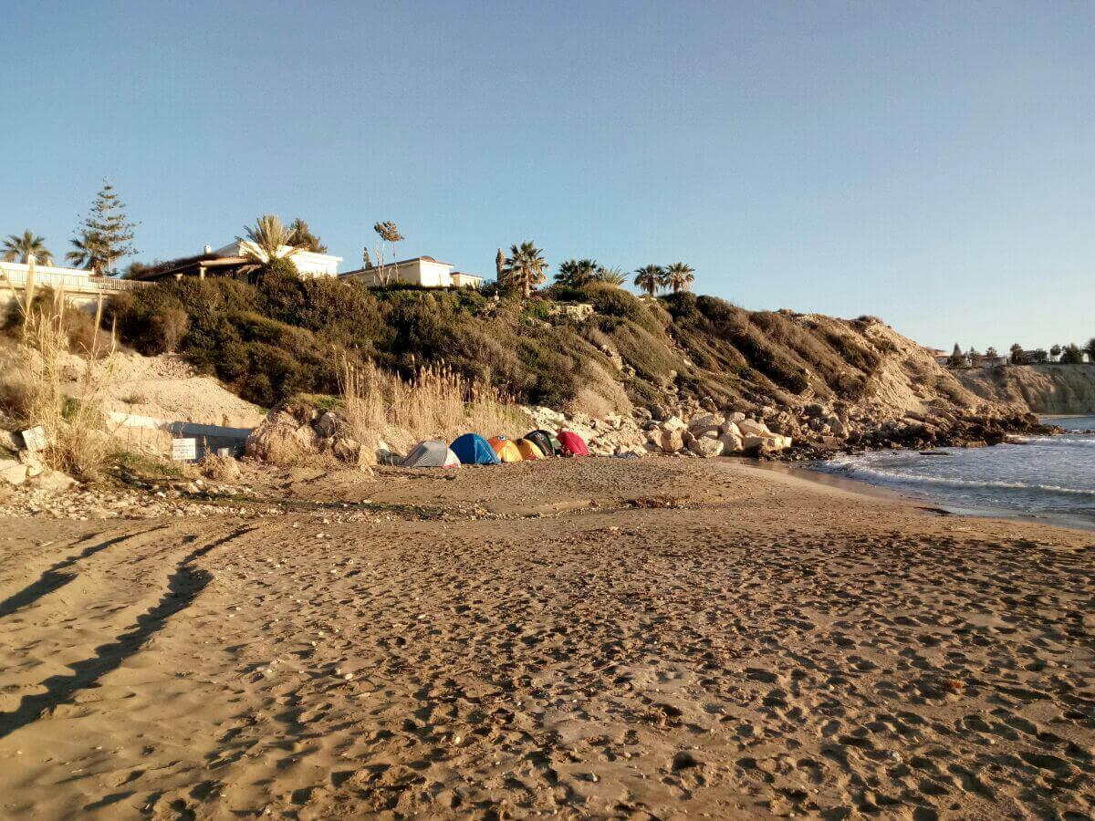 на пляже с палатками на Кипре