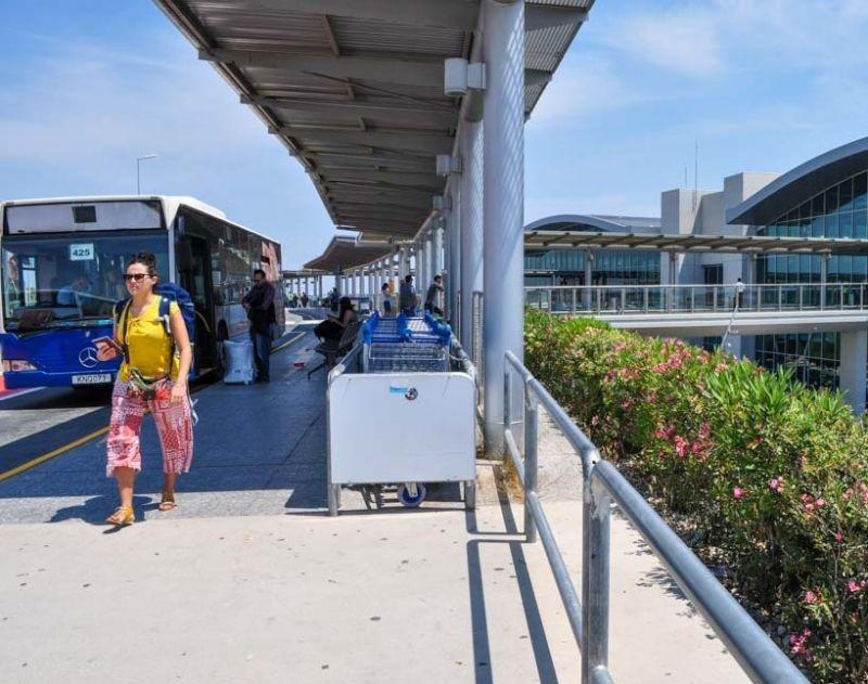 Автобусная остановка в аэропорту Ларнака