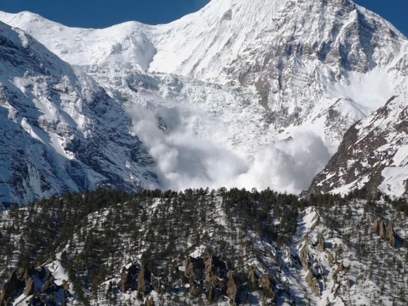 Снежная лавина на склонах Аннапурны