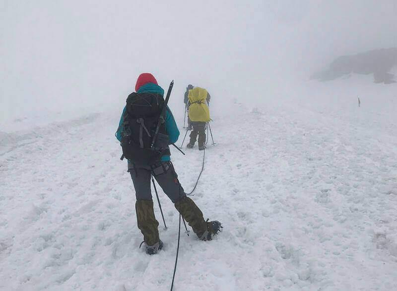 Альпинист лезет на Эльбрус