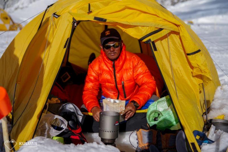Высотный портер на Эвересте