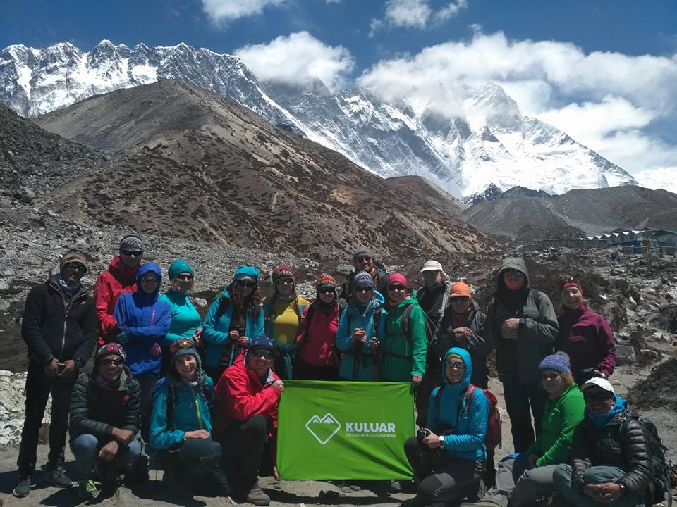 Групповое фото в треке к Эвересту