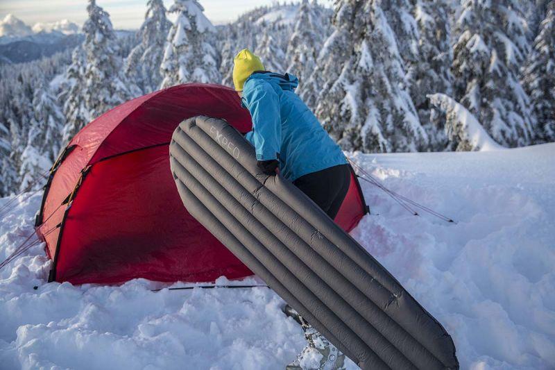 Туристический коврик для похода зимой