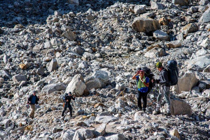Камни на треке после землетрясения
