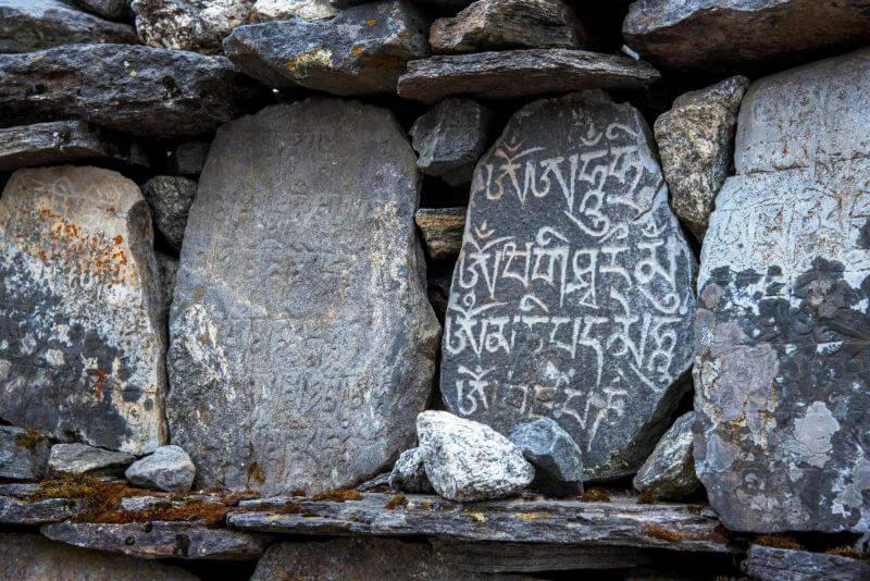 Молитвенные камни на тропе