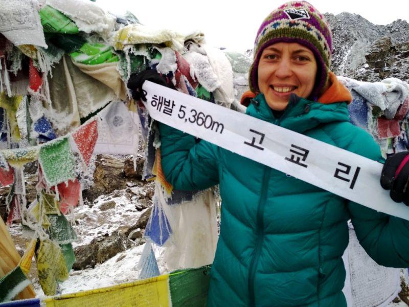 Легка бівуачна куртка на треку до базовому табору Евересту