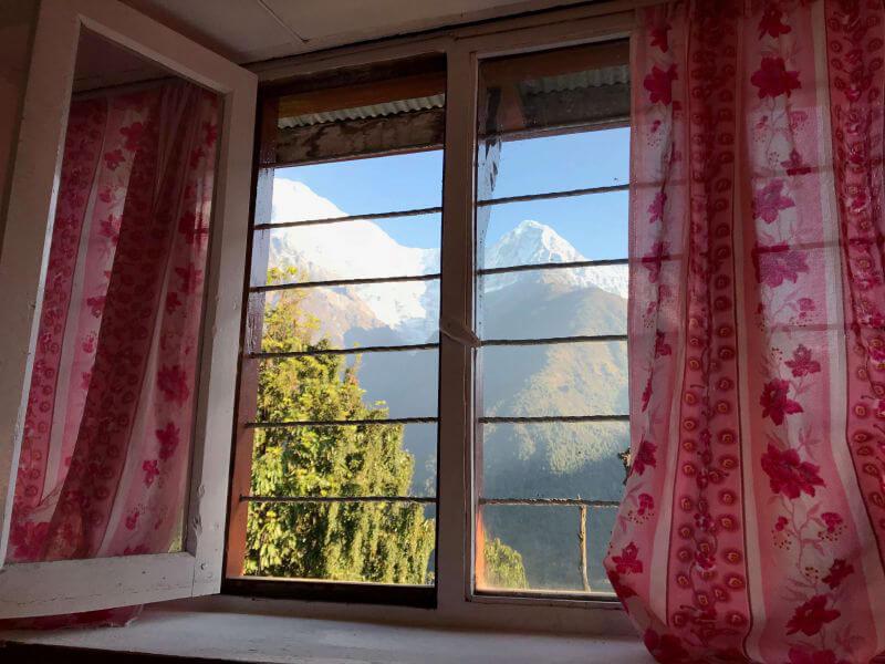 Горы за окном