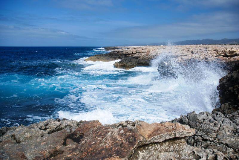 Бушующие волны моря