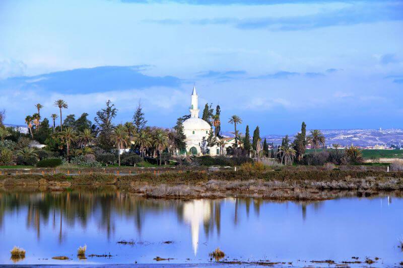 Мечеть возле соленного озера на Кипре