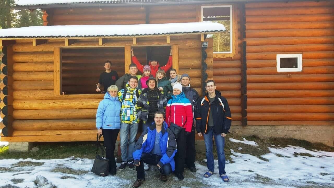 Наша группа возле домика