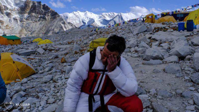 Уставший Йонес после спуска с вершины