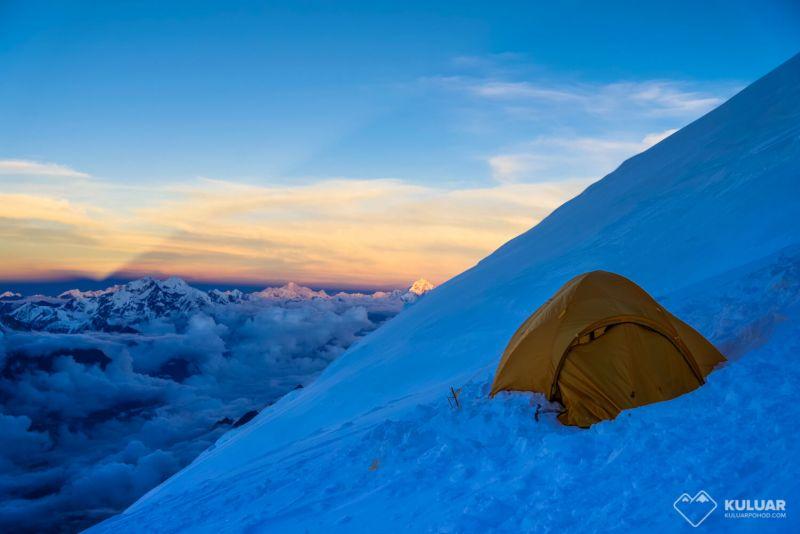 приютились на склоне горы