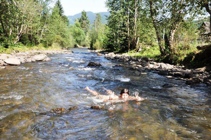 Купання в гірській річці