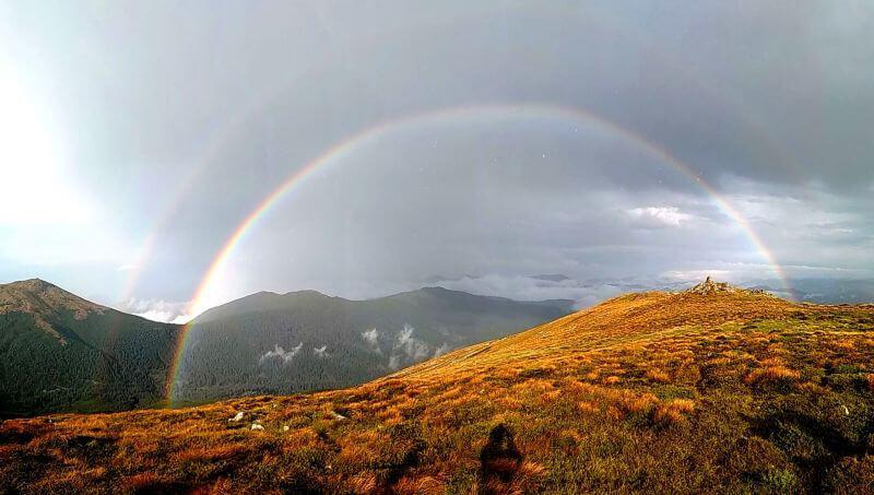 Огромная радуга в горах
