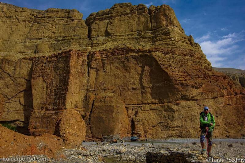 на фоне красного каньона