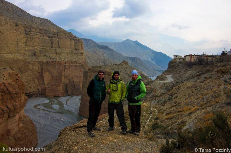 На фоне каньона