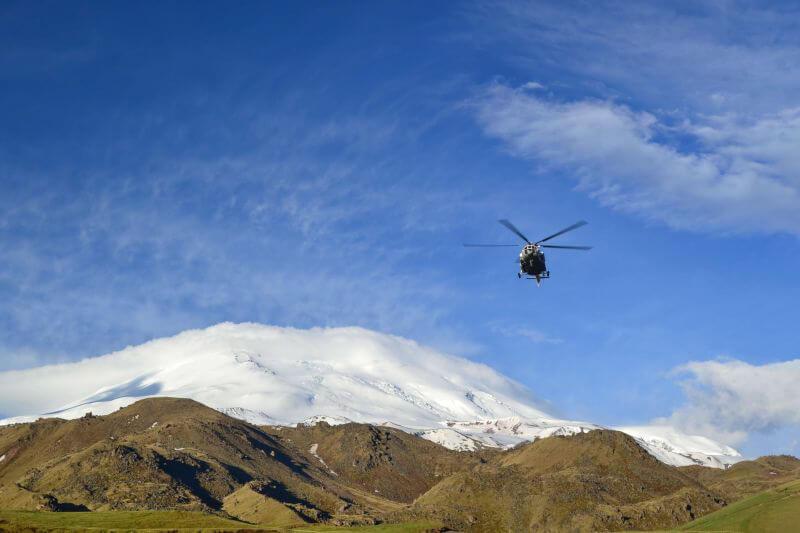 Вертолет над Эльбрусом