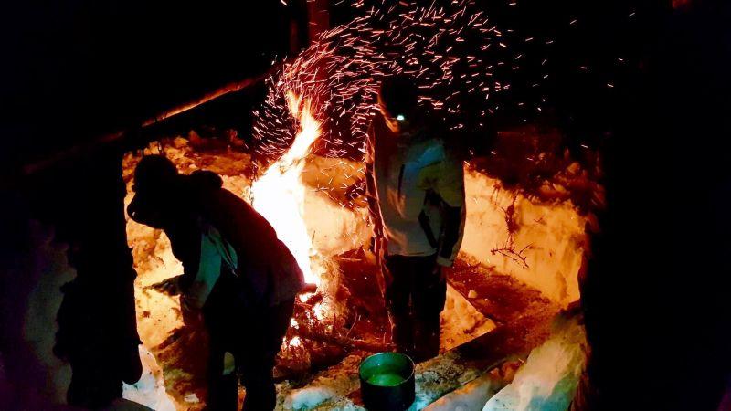 Приготування вечері в сніговій кухні