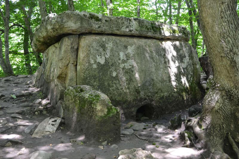 Каменные дольмены на Кавказе
