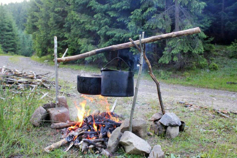Приготовление ужина на костре