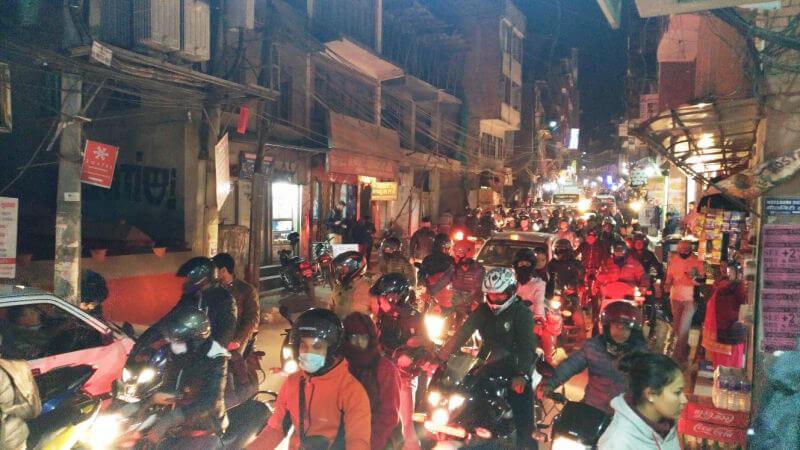 Улица Катманду недалеко от гостиницы и вечерний трафик