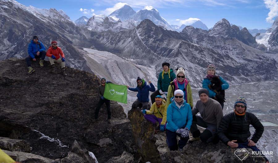 группа Кулуара на фоне Эвереста