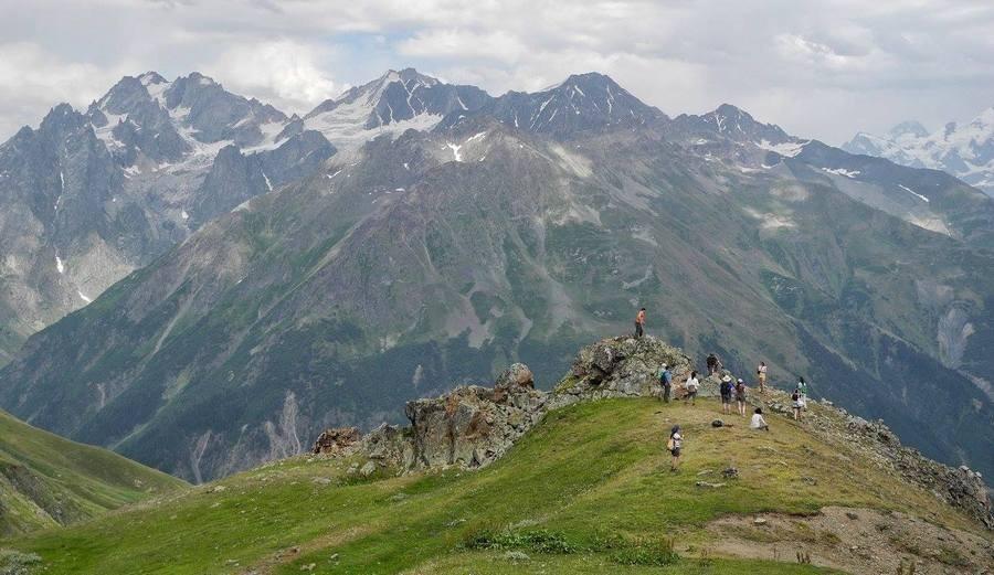 Туристы в горах Грузии
