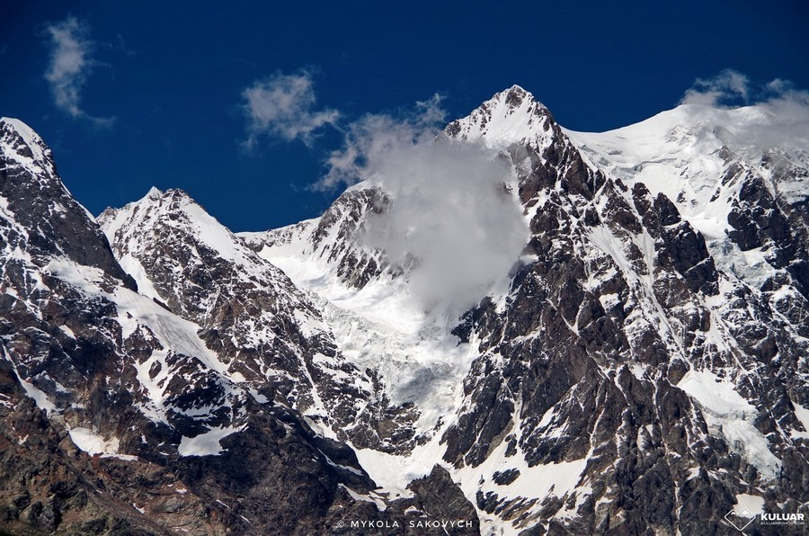Заснеженные скалы Грузии