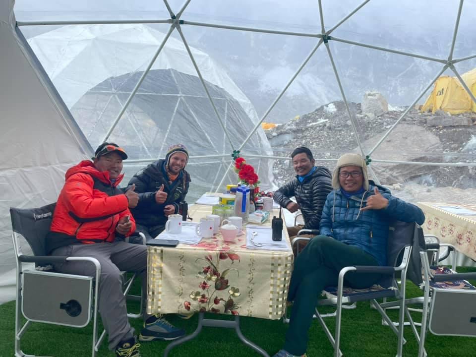 Отдых в базовом лагере Эвереста